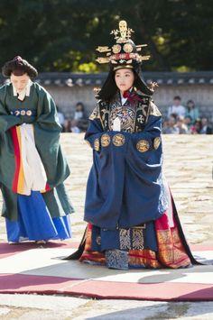 Korean Traditional Dress, Traditional Clothes, Secret Garden Korean, South Korea, Kdrama, Dragons, Dress Outfits, Queens, Classic