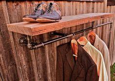 Rå planke som hylde over stangen