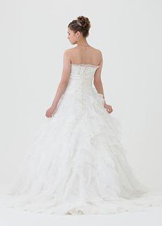 AR9  BRAND LAVIEEN ROSE WAIKIKI STOCK  オーガンジーの柔らかな質感と縦フリルがとってもエアリーな、可憐な雰囲気ただようウエデイングドレス。 ハワイ店に同じドレスがあるので、ハワイ挙式の際はドレスを持っていく必要がありません。