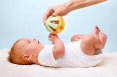 Игры дома для самых маленьких  ►0-3 месяца ✔Где мама? Когда младенец лежит на спине, подойдите к кроватке и позовите его по имени. Продолжайте называть имя до тех пор, пока малыш не начнет поворачивать на звук голову или глаза. Обойдите кроватку с другой стороны и снова позовите ребенка.  ✔Ветерок Нежно подуйте на ладони вашего ребенка. Дуйте и при этом приговаривайте нараспев: « Вот твои ладоши». После этого поцелуйте ладошки. Подуйте на другие части тела, называя их. Большинство детей…