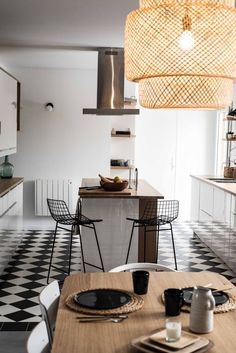 La cuisine a été conçue comme un miroir de la salle à manger