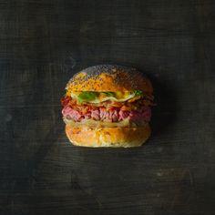 Burger boeuf - cheddar fumé et lard fermier - oignons doux confits et coriandre fraiche. Sauce miso mirin curry jaune - 10 euros Crédit photo : thibaud larrieu gibier (TLG)