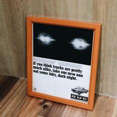 ゼネラルモーターズ GMCトラックのビンテージポスター。木製フレーム入り。貴重な洋書やLIFE誌などからセンスのいいデザインだけを厳選して集めました。そのまま飾るだけでかっこいい額縁付きのアンティークポスターです。雰囲気のいい当時物のポスターをお楽しみ下さい。