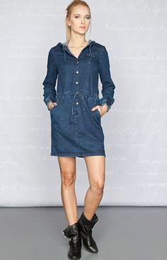 - jeansowa sukienka o sportowym charakterze, z obszernym kapturem - dzięki marszczeniu i regulacji w pasie pasuje do każdej sylwetki - sukienka wykonana jest z cienkiego jeansu, z delikatnymi efektami oprania - modelka na zdjęciu jest wzrostu 176 cm i ma na sobie rozmiar S - długość całkowita: 87 cm