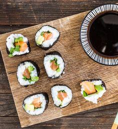"""Futomaki heißt so viel wie """"dicke Rolle"""". Mit Lachs, Avocado und Koriander gefüllt macht die Sushi-Rolle im Noriblatt ihrem Namen alle Ehre."""