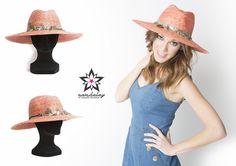 Si ya habéis visto la nueva campaña de Mediaset España, habréis reconocido la Pamela Coral de Namdalay, ¿verdad?  Un complemento original y con mucho estilo que no te puede faltar esta temporada