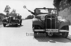 Verkehrskontrolle auf der Autobahn bei München, 1937 Timeline Classics/Timeline Images #Verkehrskontrolle #Ausflug #Verkehrssünder #Landstraße
