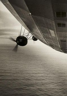 Werksphotographie Friedrichshafen and Presse Illustrationen Hoffmann. Selected images of LZ 127 Graf Zeppelin and Hindenburg airships. Wright Flyer, Civil Aviation, Dieselpunk, Led Zeppelin, Old Photos, Pomellato, Aircraft, Illustration, Southport