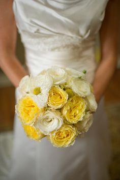 Des roses jaunes et blanches.