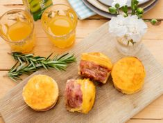 These delicious low carb breakfast muffins will last in the fridge for a few days. So bake once and enjoy having a healthy breakfast throughout the week. Bacon Egg Muffins, Breakfast Muffins, Low Carb Breakfast, Beans On Toast, Stuffed Green Peppers, Cheddar Cheese, Spicy, Eggs, Healthy