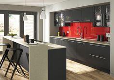 cuisine élégante aménagée avec des armoires grises laquées, crédence rouge comme…