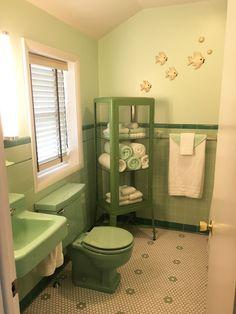 Beautiful Bathroom Color Scheme Ideas for Small & Master Bathroom < moeshouse Bathroom Color Schemes, Bathroom Tile Designs, Bathroom Floor Tiles, Bathroom Colors, Bathroom Ideas, Retro Bathroom Decor, 1950s Bathroom, Budget Bathroom, Bad Inspiration