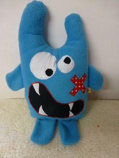 Doudou monstre, coussin monstre, petit air rigolo, grandes dents et pansement