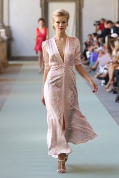 Luisa Beccaria - Spring Summer 2012 Ready-To-Wear - Shows - Vogue. Fashion Show, Fashion Outfits, Womens Fashion, Fashion Design, Luisa Beccaria, Haute Couture Fashion, Carolina Herrera, Modest Dresses, Feminine Style