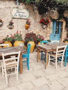 Best Indoor Garden Ideas for 2020 - Modern Restaurant Interior Design, Diy Interior, Bar Deco, Italian Cafe, Italian Bistro, Sidewalk Cafe, Café Bar, Cafe Restaurant, Italian Restaurant Decor