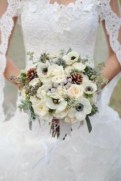 Bouquet Invernale, tutta la magica atmosfera di questa stagione Winter Bridal Bouquets, Winter Bouquet, Winter Wedding Flowers, Bridal Flowers, Floral Wedding, Wedding Colors, Winter Weddings, Blue Flowers, Wedding Fur