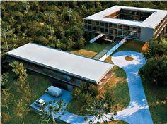 <strong>2009 - Centro Musical - MMBB</strong><br />Os pilotis tiram a construção do chão, a aproximam da copa das árvores e geram sombra para a convivência. A disposição em pátio e as aberturas sugerem ainda preocupação com a transparência e a ventilação do conjunto (que inclui salas de estudo e alojamentos), projeto das futuras instalações do auditório Cláudio Santoro, na região serrana de Campos do Jordão, SP.