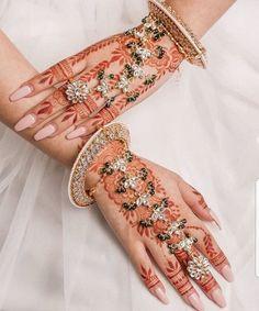 Give that amazing traditional jewellery a modern touch with stunning mehndi design and trendy hand jewellery. Antique Jewellery Designs, Fancy Jewellery, Stylish Jewelry, Fashion Jewelry, Diamond Jewellery, Indian Bridal Jewelry Sets, Bridal Bangles, Bridal Jewellery, Décor Antique