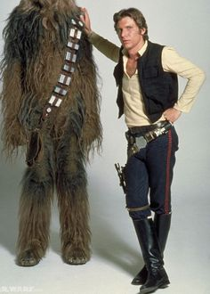 Peter Mayhew and Harrison Ford in Star Wars: Episode IV - A New Hope Han Solo Kostüm, Han Solo Cosplay, Han Solo And Chewbacca, Mae West, Harrison Ford, Star Wars Costumes, Adult Costumes, Boba Fett, Carnival