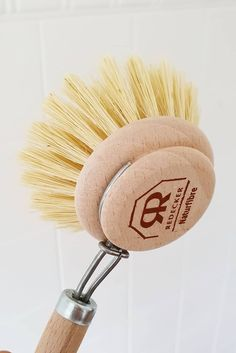 Say goodbye to plastic dish brushes with replaceable heads, there's a plant based alternative in town!  Natural bristle dishwashing brush great for use as an all round washing up tool or vegetable scrubber. Untreated beechwood handle with a natural tampico bristle head. Handmade in Germany. Replacement heads available.   📷 @theearthbuzz ) Green Cleaning Recipes, Plant Fibres, Brush Cleaner, Brushes, Plant Based, Dishwasher, Fiber, Alternative, Germany