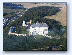 Hrad a zámek Úsov - Olomoucký kraj, vzdušnou čarou 20 km jižně od města Šumperk.