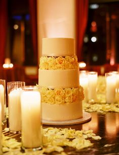 A friend of mine wants a white and pale yellow wedding, hard to match (I think) but this might be the cake for her ;-P