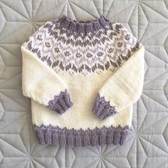❄️All time favourite❄️ Minst 9 grunner til å strikke Frostgense Baby Sweater Patterns, Fair Isle Knitting Patterns, Baby Cardigan Knitting Pattern, Knit Baby Sweaters, Knitting Designs, Knit Patterns, Clothing Patterns, Crochet Pattern, Knitted Booties