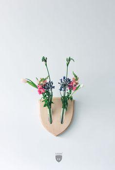 Ikebana, ook wel bekend als 'levende bloem', is een ouderwetse Japanse kunst van bloemschikken. Net als de populaire bonsai boompjes hebben deze bloemen ook zijn eige...