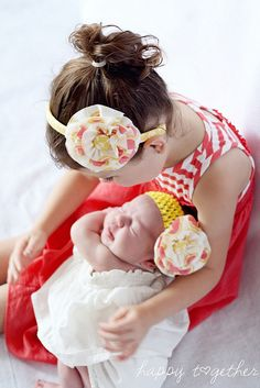 I reeeeeally wish I knew how to make these headbands so I could make some for my girls!
