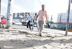 Prefeitura investirá R$ 20 milhões para recuperação de calçadas no Recife A Prefeitura do Recife anunciou, nesta quarta-feira (08), que vai investir R$ 20 milhões na recuperação de calçadas e canteiros no entorno dos prédios públicos do Executivo Municipal ou sob sua responsabilidade. O projeto também prevê obras de melhorias nas condições de acessibilidade para pessoas com problemas de mobilidade em cente Publicação: 08/05/2013 20:46 Atualização: 08/05/2013 23:11 (Leia [+] clicando na…