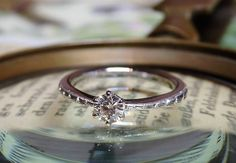 中心に留めたダイヤモンドから左右に広がる月桂樹の彫模様。 サイドには小さな小さなミルグレインが施されています。 [婚約指輪,エンゲージリング,engagement,ring,wedding,bridal,ith,イズ]