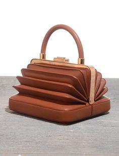 Avec sa dégaine de lunch box accordéon, ce petit sac cognac a le mérite de sortir de l'ordinaire (Gabriela Hearst)