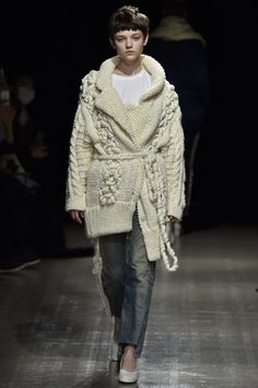 See the complete Motohiro Tanji Tokyo Fall 2016 collection.