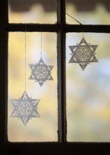 sweet paper stars (pdf tutorial) from Landlust - these look like snowflakes!
