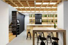 El equipo de Àbag Arquitectura firma Tannat, una gran caja de vino de madera que alberga en su interior una bodega-bar y tienda de vinos en Barcelona. La complejidad del proyecto ha radicado en…
