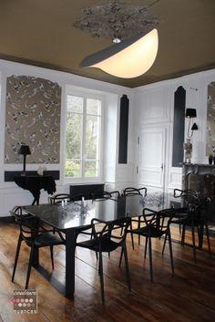 Rénovation et Décoration d'un appartement au Légué (22) : La salle à manger, décoration élégante, décoration chic, chaise kartell, suspension lune, console autruche