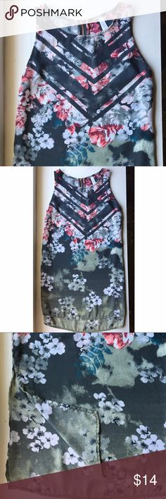 Beautiful floral tunic 🌺 Gorgeous tunic with slits on both sides and rose gold zipper  Size XS, true to size (Suggest for A/B bust) Xhilaration Tops
