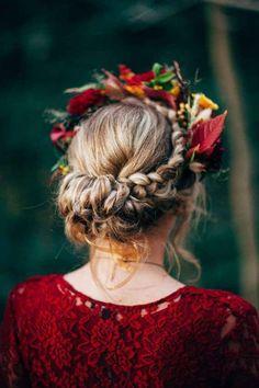 Boho geflochtenen Hochsteckfrisur mit Herbst Blüten und Blätter