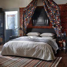 При оформлении спальни не бойтесь экспериментировать! Если вы предпочитаете однотонное постельное белье, акцент можно сделать на изголовье кровати – например, с помощью ткани с яркими узорами. На фото: покрывало и 2 чехла на подушку ПЕНИНГБЛАД (8999.-), ткань ТИГЕРОГА (399.-/м) #IKEA #ИКЕА #ИКЕАРоссия #будьтетакдома