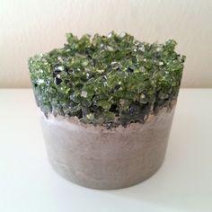 Pisapapeles de cemento con cristales verdes y resina epoxy de Mica Rica. www.micarica.com