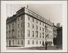 900 Fifth Avenue, Florence Adele Twombly mansion: a 70-room house designed by Whitney Warren of the architectural firm Warren & Wetmore in 1914. This building replaced an earlier home on the site, which belonged to Mrs. N. E. Baylies. In 1960 the 1914 Twombly residence was replaced by a 19-story cooperative building designed by Sylvan and Robert Bien at 900 Fifth Avenue.