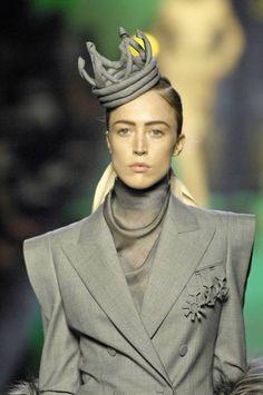 """Jean Paul Gaultier Haute Couture F/W 2007  (remarquez les """"décorations militaires"""" en tissu, intégrées à la veste !)"""