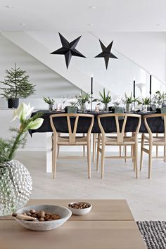 BLACK AND WHITE AND PALE WOOD! Dining room set for a simple Modern Farmhouse dinner party! Modern contemporary and simple Christmas style! Scandinavian Christmas Decorations, Scandi Christmas, Christmas Interiors, Minimalist Christmas, Noel Christmas, Modern Christmas, Xmas Decorations, Holiday Decor, White Christmas