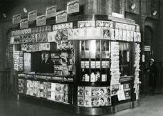 """1910 Kustannusosakeyhtiö Otava, Sanoma Oy, Werner Söderström Oy, Uuden Suomettaren Oy ja Hufvudstadsbladet Ab sekä eräät muut yhtiöt ja yksityiset perustivat 10. syyskuuta 1910 Rautatiekirjakauppa Osakeyhtiön, jonka tavoitteeksi määriteltiin """"sanomalehtien ja kirjallisuuden kauppa etupäässä Suomen rautatieasemilla"""""""