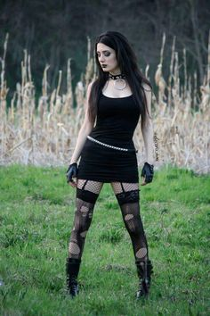 Top Gothic Fashion Tips To Keep You In Style. As trends change, and you age, be willing to alter your style so that you can always look your best. Consistently using good gothic fashion sense can help Hot Goth Girls, Gothic Girls, Goth Beauty, Dark Beauty, Dark Fashion, Gothic Fashion, Look Dark, Gothic Models, Goth Women