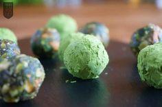 Unsere leuchtend grünen Energiekugeln mit Matcha und Chiasamen sind nicht nur ein echter Hingucker, sondern auch noch mega lecker. Unbedingt probieren!