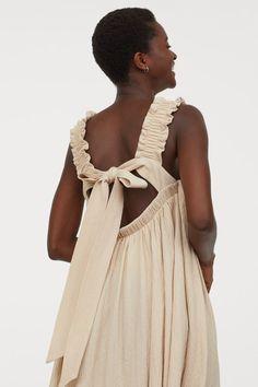 Vestido de linha A com laço - Bege claro - SENHORA   H&M PT 3 Trending Art, H&m Gifts, Square Necklines, Light Beige, Fashion Company, Ruffle Trim, Fashion Pictures, World Of Fashion, Lady