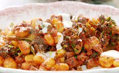 Jamie Oliver prepara em 15 minutos um  nhoque de batata com linguiça no molho de vinho e tomate. Confira a receita