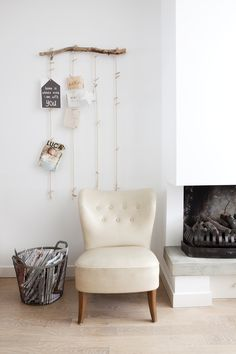 KARWEI | Leuke muurdecoratie en een fijne stoel maken dit een heerlijke zithoek. #karwei #binnenkijkers #zithoek #muurdecoratie
