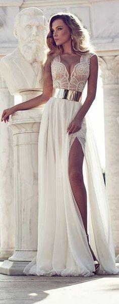 Busto de la mujer de encaje blanco con falda vaporosa y cinturón dorado